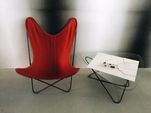 Photo d'une chaise rouge et une table à café chez Philippe Le Roy Architecte indépendant à Nyon